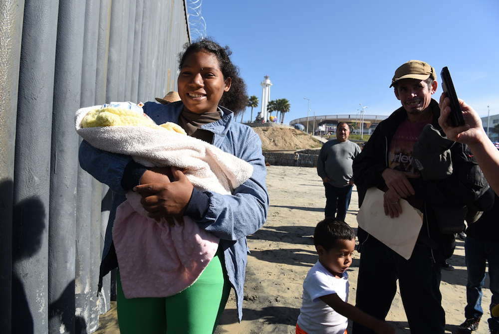 Woman with a baby arriving in Tijuana, Mexico by Daniel Arauz from Flickr/Creative Commons
